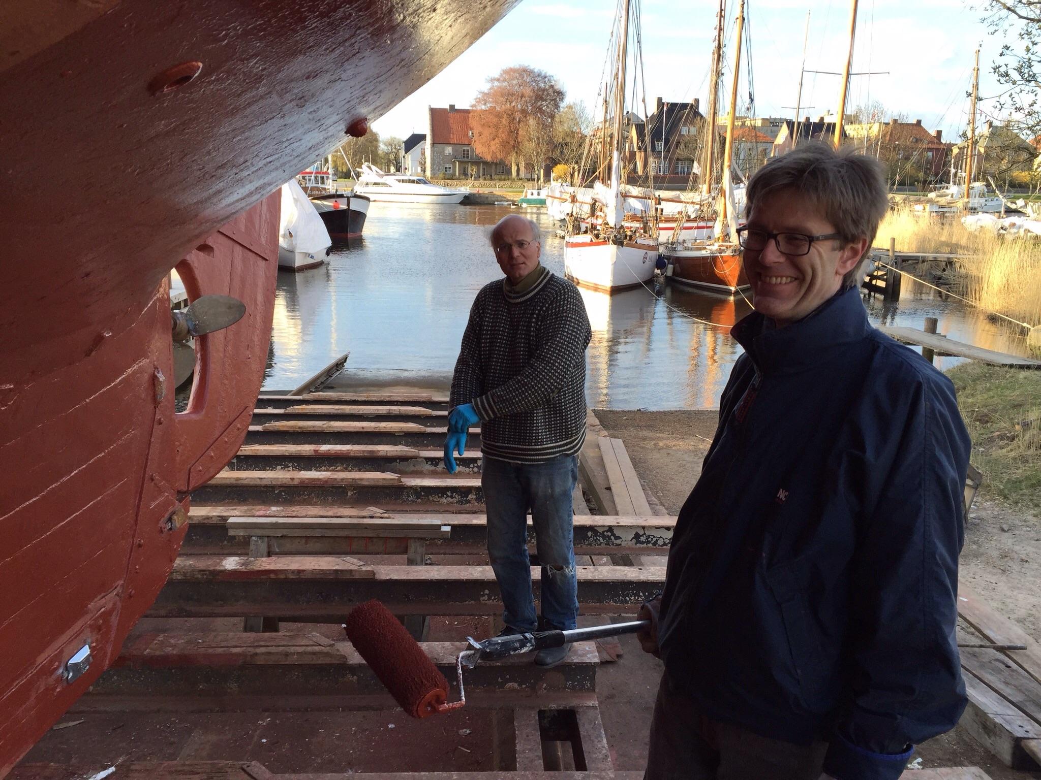 Jan Henrik, Harald og Eivind har hatt en hyggelig kveld med påføring av bunnstoff.